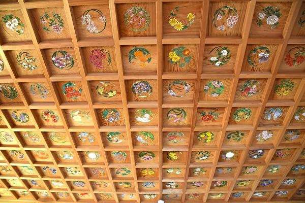 天井に描かれた花